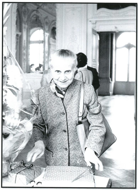 Thérèse Kleindienst lors de ses adieux au Centre de Sablé de la BnF, le 17 octobre 1984. Photogr. issue de « Le château de Sablé, 1979-1984 ». Copyright : collection privée.